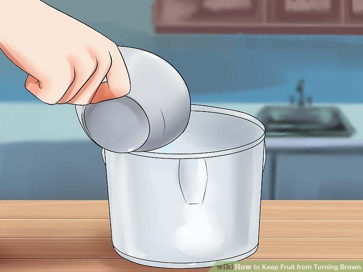 Gießen Sie die Honig-Wasser-Mischung über die Frucht.