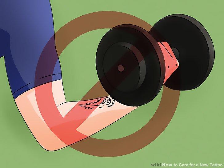 Tragen Sie saubere, locker sitzende Kleidung, um das Tattoo nicht zu irritieren.