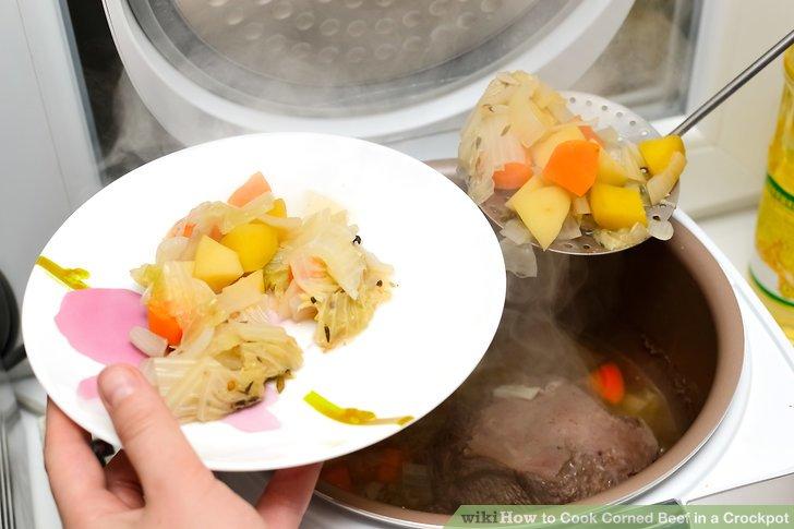 Das Gemüse mit einem geschlitzten Löffel herausnehmen und abtropfen lassen.
