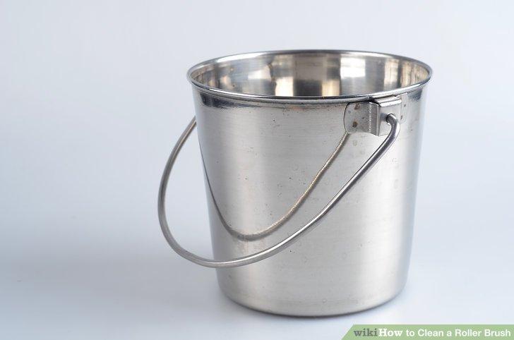 Bevor Sie mit dem Malen beginnen, bereiten Sie einen 19-Liter-Eimer mit einer Reinigungslösung aus Wasser und Weichspüler für jeden Farbroller vor, den Sie verwenden möchten.