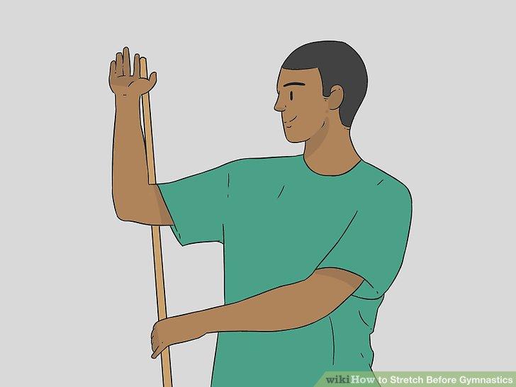 Machen Sie einen Rotatorstretch mit einem Besenstiel.