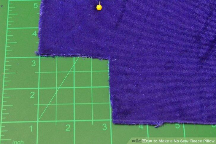 Schneiden Sie aus jeder Ecke ein 2-Zoll-Quadrat (5,08 cm).