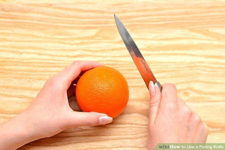 Halten Sie den Griff des Gemüsemessers mit Ihrer dominanten Hand.