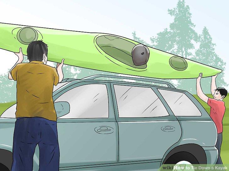 Heben Sie Ihr Kajak auf den Dachträger Ihres Autos, so dass es rechts liegt.