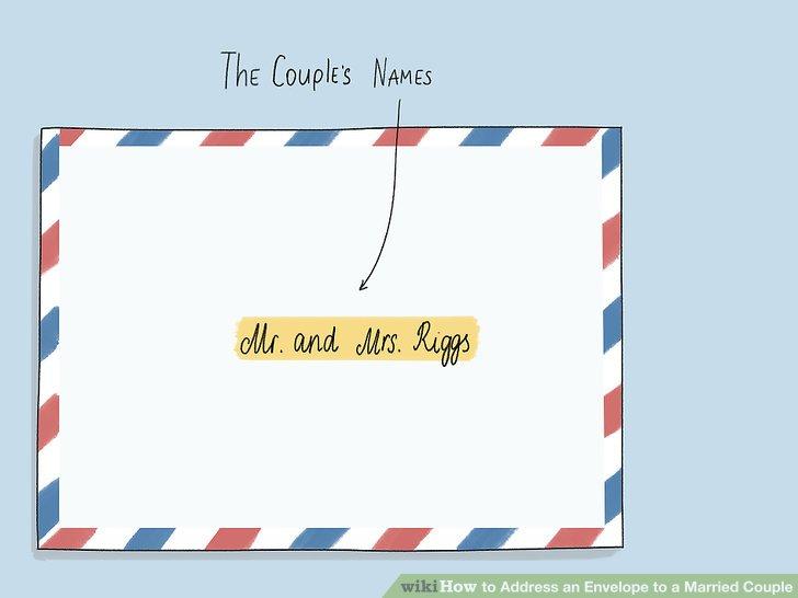 Schreiben Sie die Namen des Paares in die Mitte des Umschlags.
