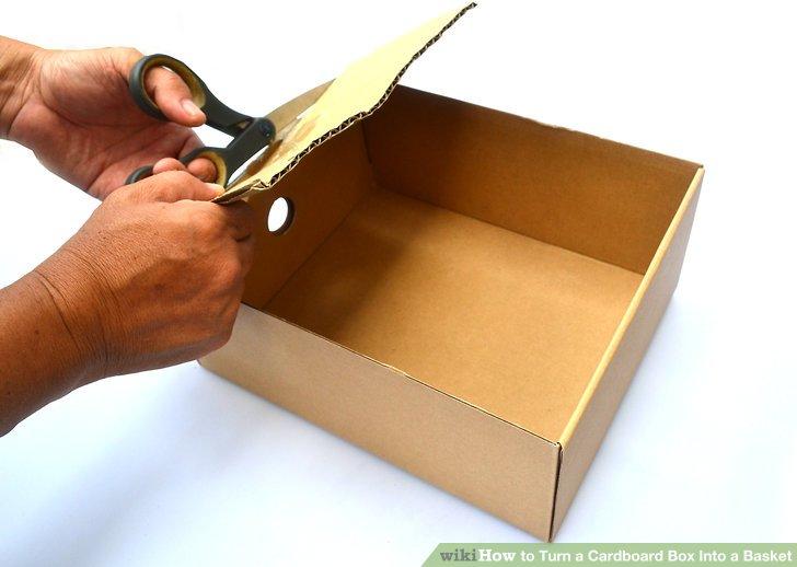 Schneiden Sie die oberen Klappen von einem Karton ab.