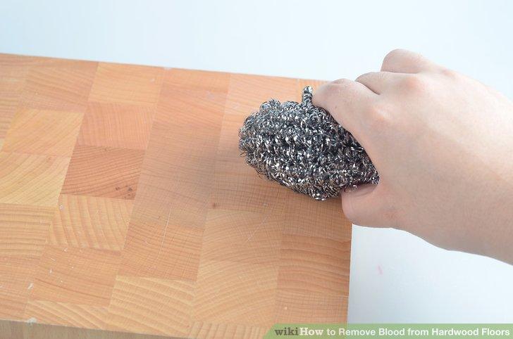 Reiben Sie die betroffene Stelle leicht mit der Stahlwolle ab.