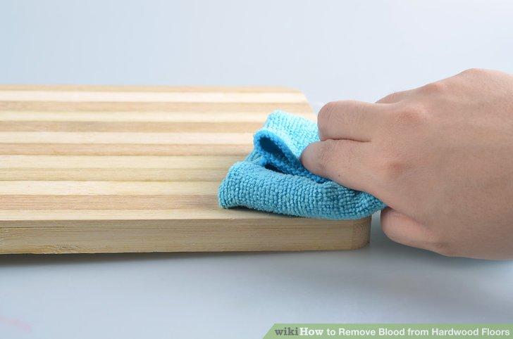 Wischen Sie den betroffenen Bereich mit einem feuchten Tuch ab.