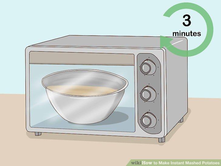 Die Instantkartoffelpüree 2 1/2 bis 3 Minuten in der Mikrowelle erhitzen.