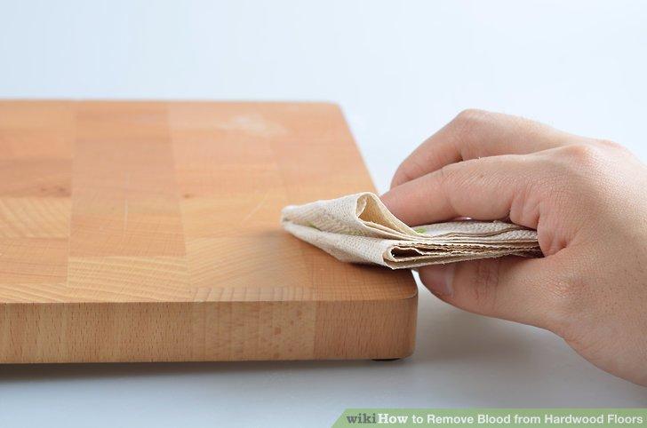 Verwenden Sie ein sauberes Tuch oder Papiertuch, um das überschüssige Blut auf Ihrem Parkett zu entfernen.