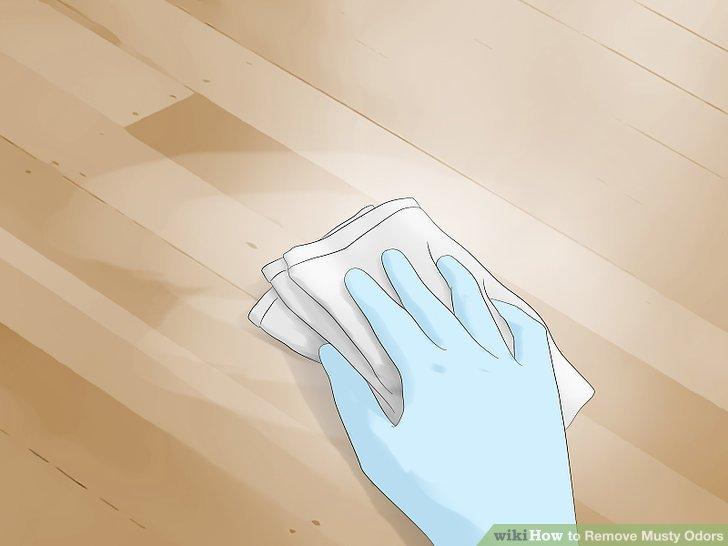 Harte Oberflächen mit Reinigungsmittel schrubben.