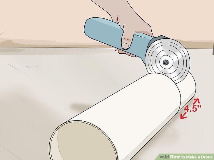 Schneiden Sie 1,3-Zoll-Ringe aus einem 10-cm-PVC-Rohr aus, um ein Fahrwerk herzustellen.