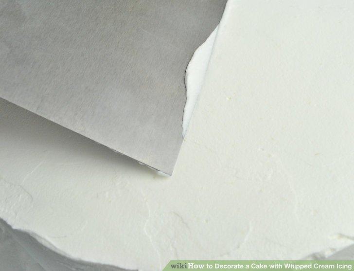 Süslemeleri borulamadan önce keki düzeltmek için bir tezgah kazıyıcı kullanın.