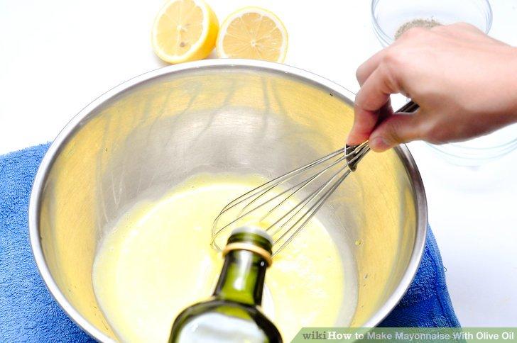 Tröpfeln Sie das Öl langsam in die Eier, sobald Sie wissen, dass die Emulsion erfolgreich ist.