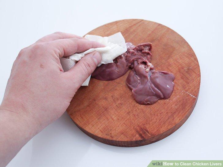 Tupfe die Leber mit Papiertüchern trocken.