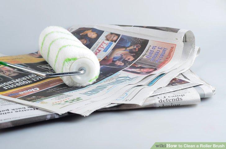 Entfernen Sie überschüssige Farbe von der Walze, indem Sie sie auf der Farbwanne oder auf mehreren Lagen alter Zeitungen hin und her rollen.
