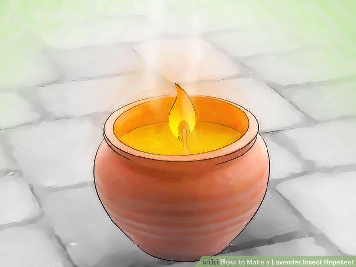 Brennen Sie eine Citronella-Kerze.