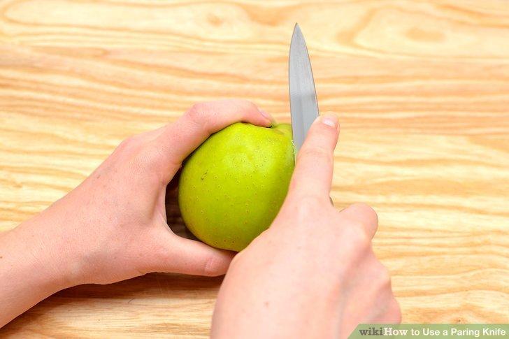 Positionieren Sie die Kante des Messers oben unter dem Zeigefinger.