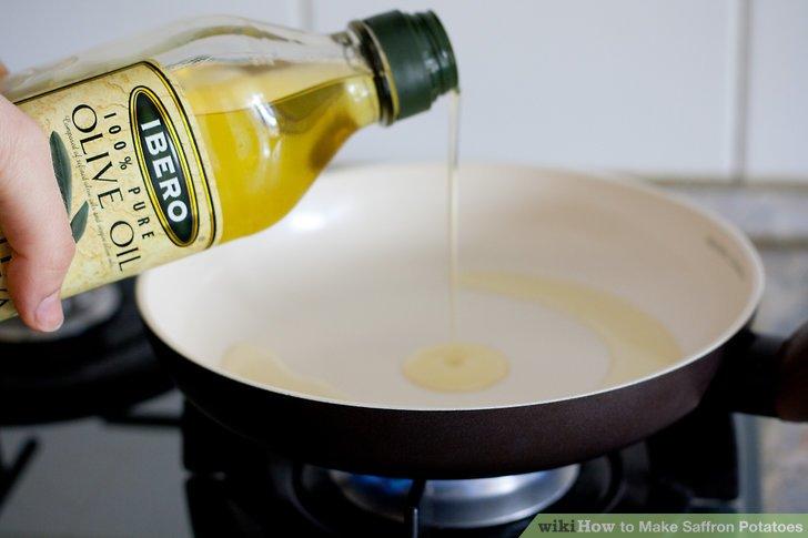 In der Pfanne oder Pfanne einen Spritzer Olivenöl erhitzen.