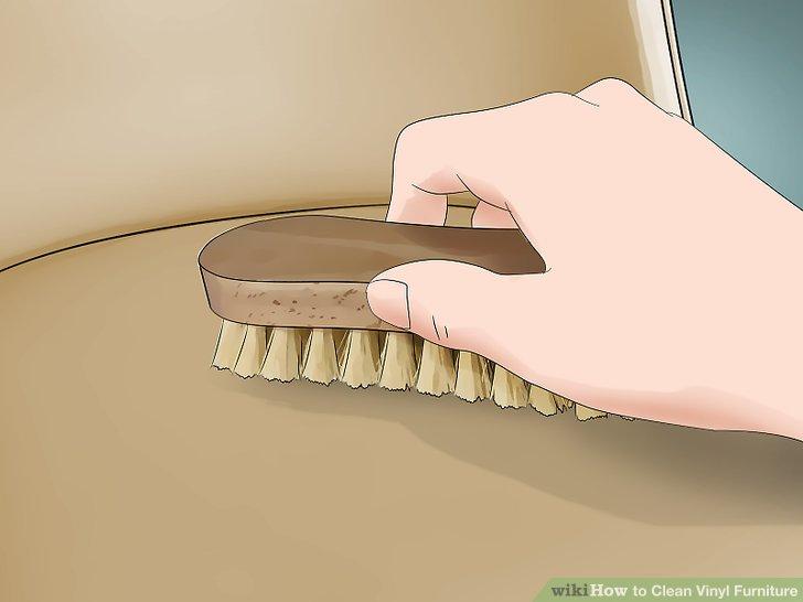 Schrubben Sie Ihre Vinylmöbel mit einer weichen Bürste.