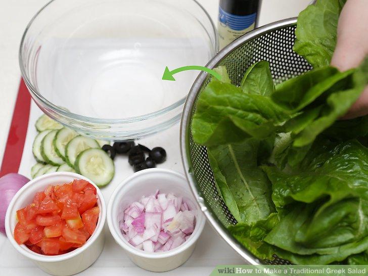 Verarbeiten Sie das Gemüse und geben Sie es in den Salat.