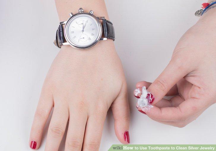 Lassen Sie die Zahnpasta etwa 2 bis 3 Minuten lang bei hartnäckigen Flecken liegen.