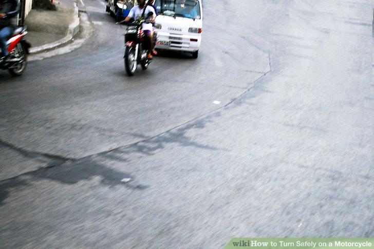 Überprüfen Sie die Verkehrsbedingungen, während Sie sich der Kurve nähern.
