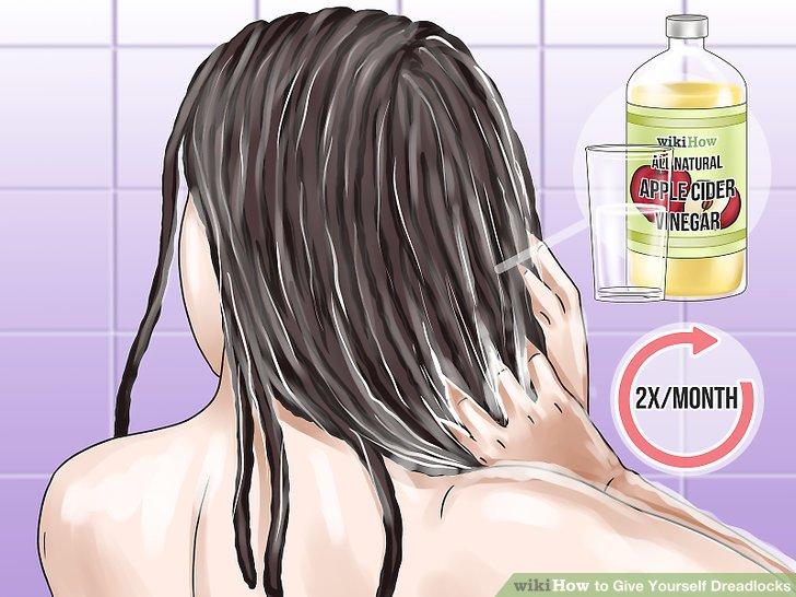 Pflegen Sie die Haare zweimal im Monat mit einer Apfelessig-Spülung.