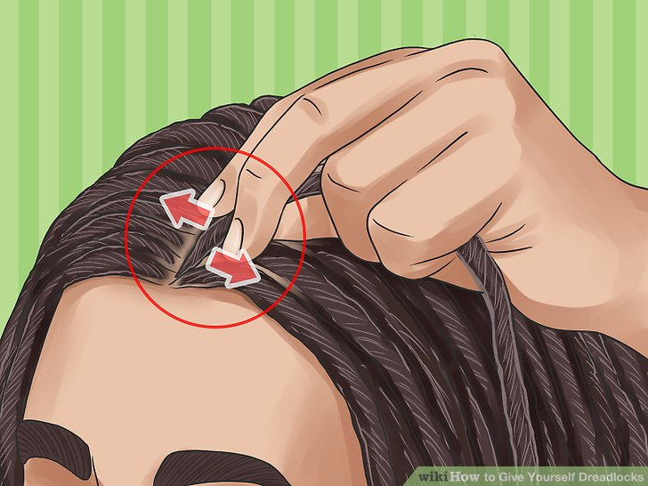 Reiben Sie die Wurzeln ein, um dem Haarwuchs zu helfen.