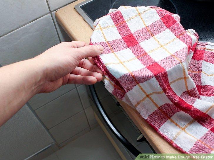 Legen Sie den bedeckten Teig in die Nähe des vorgeheizten Ofens, aber nicht auf ihn.