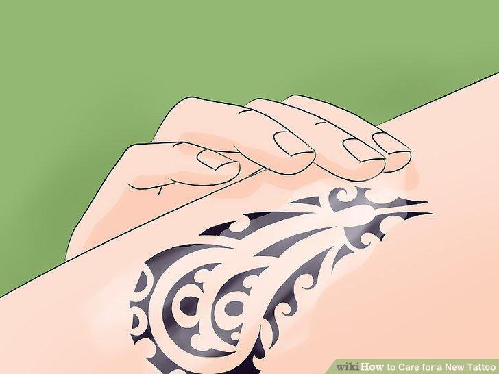 Lassen Sie das Tattoo an der Luft trocknen oder tupfen Sie es mit einem sauberen Papiertuch ab.