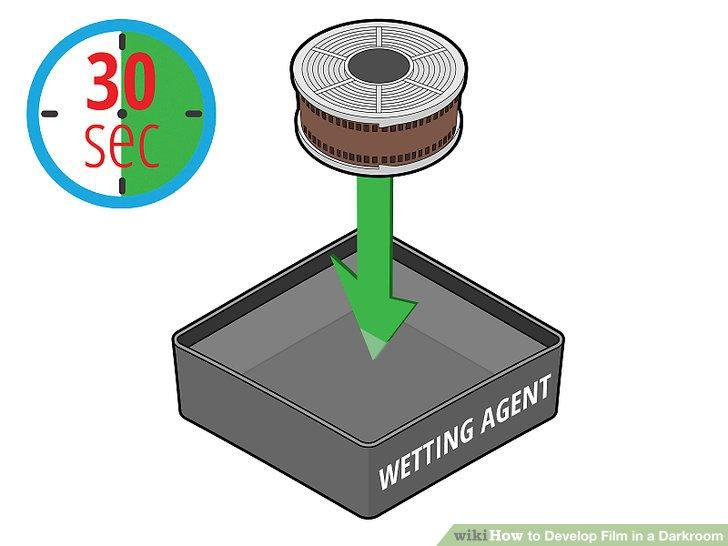 Tränken Sie die Filmrolle 30 Sekunden lang in einem Behälter mit Netzmittel.