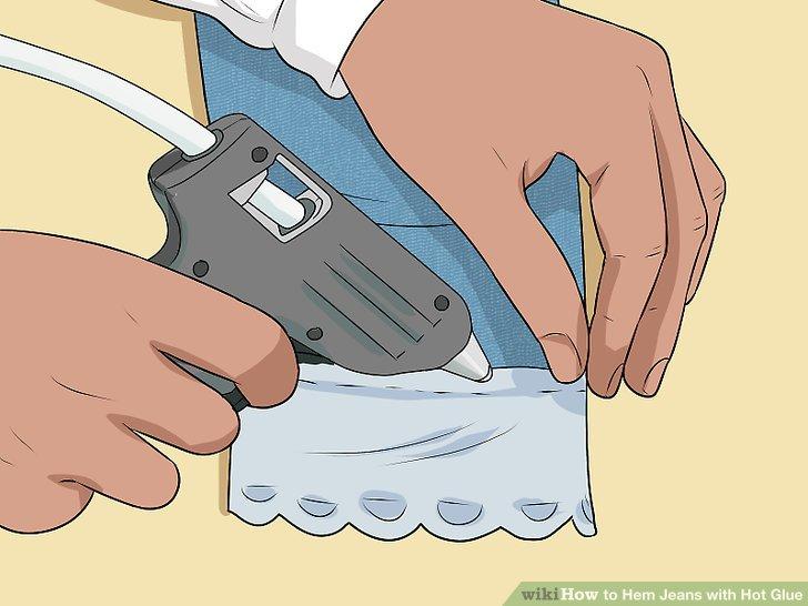 Nehmen Sie Spitzen- oder Stoffbesätze und kleben Sie sie um die Manschette entlang des gerade angefertigten Saums.