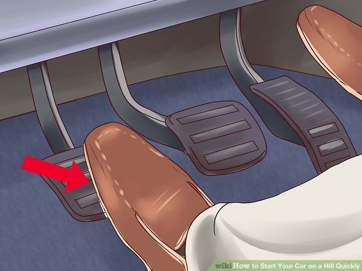 Feel that the car is just about to move forward, keep accelerating slowly while at the same time removing the emergency brake.