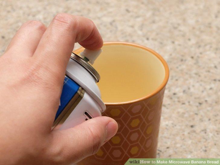 Fetten Sie das Innere eines großen, mikrowellenfesten Bechers leicht ein.