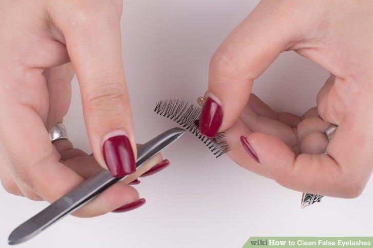 Entfernen Sie mit der Pinzette den Kleber von den Wimpern.