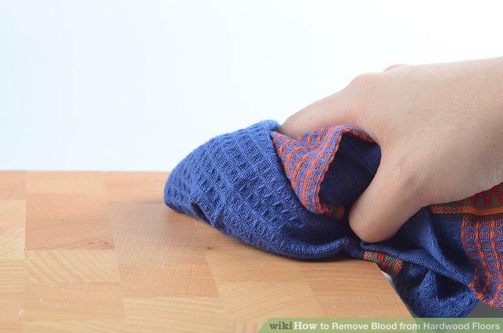 Spülen Sie den Bereich gründlich mit einem feuchten Tuch ab, um Rückstände zu entfernen.
