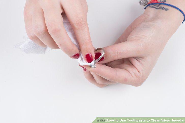 Reiben Sie den Schmuck vorsichtig mit einem feuchten Tuch, Papiertuch oder einem Q-Tip ab.