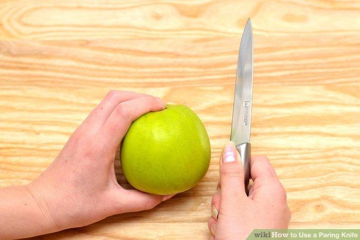 Halten Sie das Gemüsemesser mit drei Fingern in Ihrer dominanten Hand.