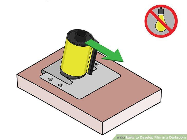 Schalten Sie das Licht aus und öffnen Sie die Filmkassette mit dem Öffner.