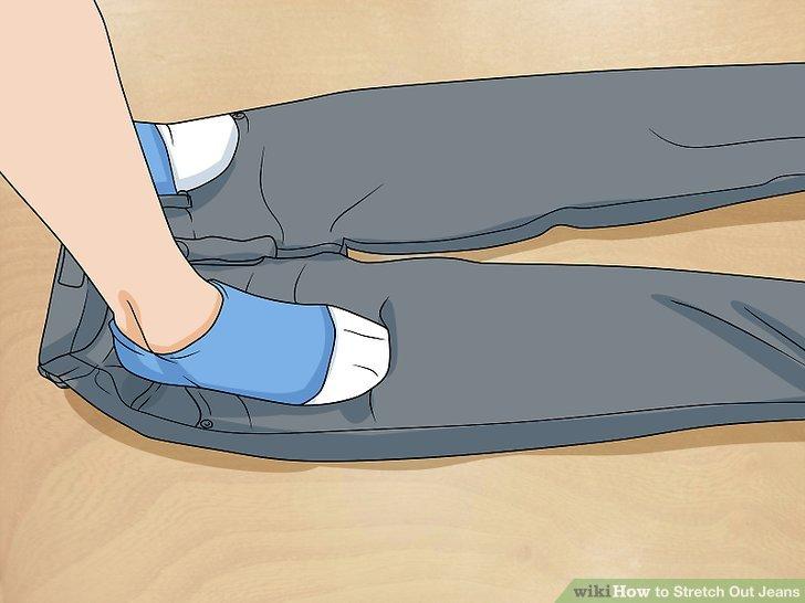 Besprühen Sie Ihre Jeans mit lauwarmem Wasser.