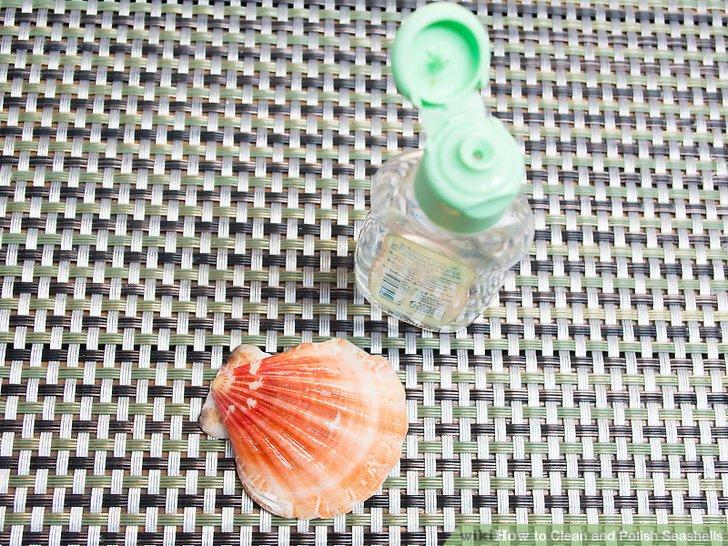 Reiben Sie Mineralöl über jede Schale, um einen tiefen Glanz zu erzeugen.