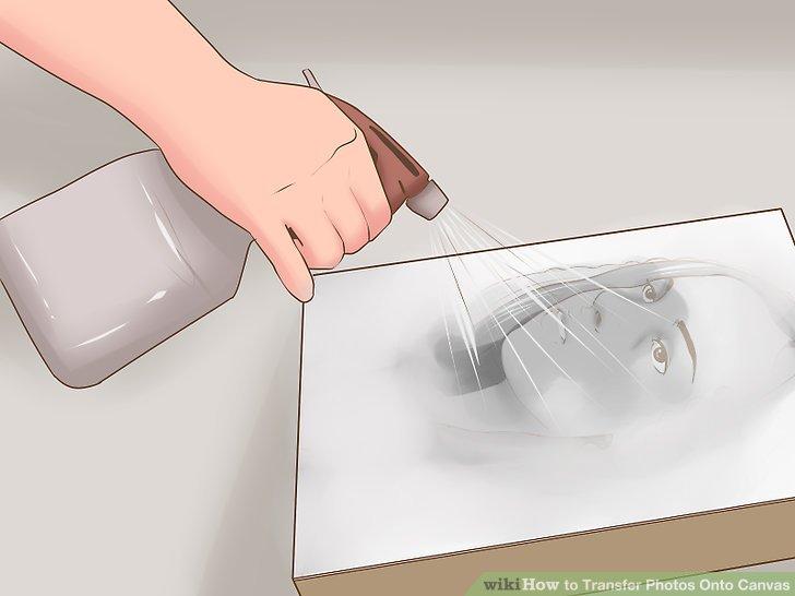 Beginnen Sie auf einer Seite der Leinwand und benetzen Sie die Oberfläche leicht mit Wasser aus einer Sprühflasche.