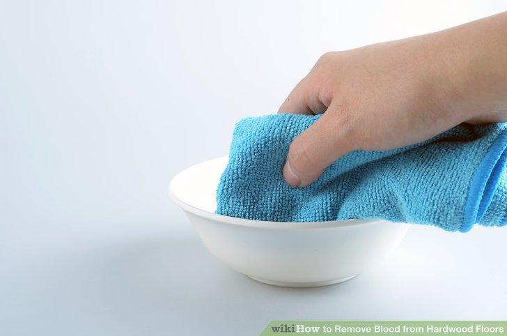 Befeuchten Sie ein Tuch mit der Reinigungslösung.