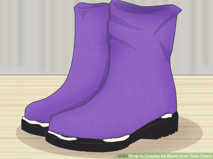 Schieben Sie die Stiefelabdeckungen über die Stiefel und kleben Sie sie fest.