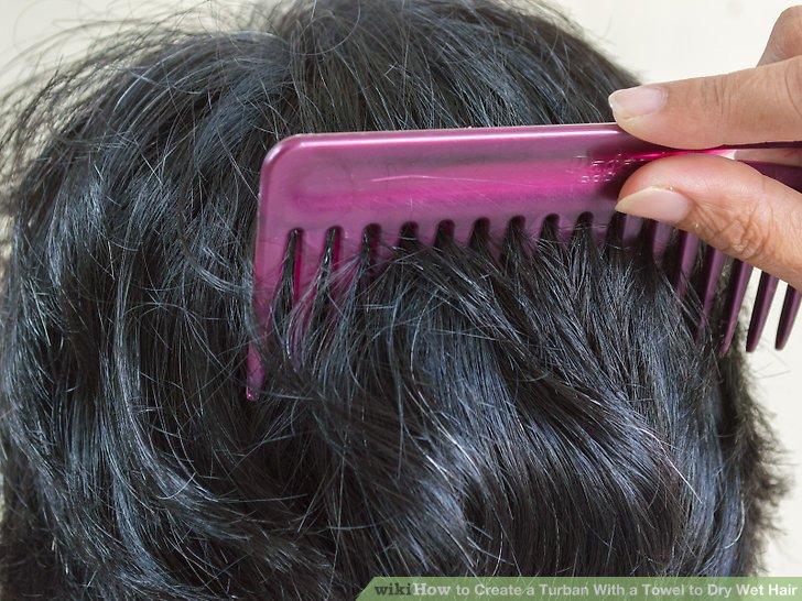Kämmen Sie Ihre Haare, um Verwicklungen zu entfernen.