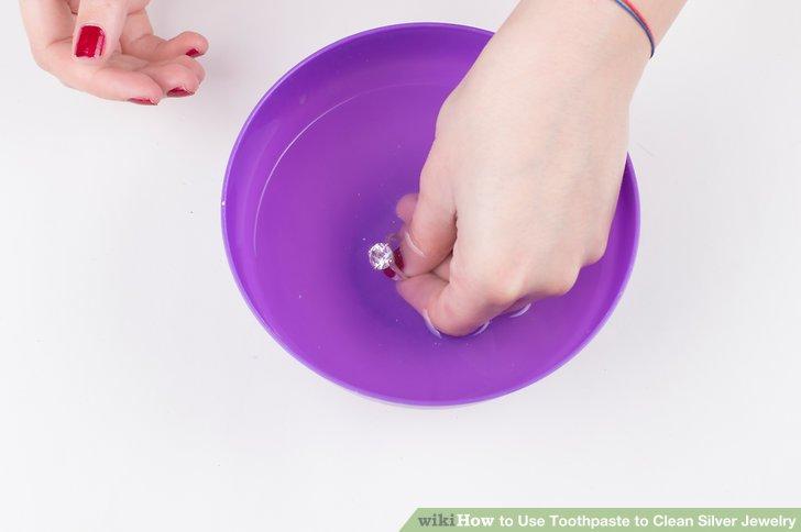 Spülen Sie den Schmuck in warmem Wasser.