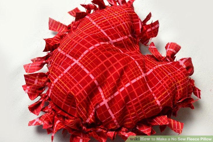 Füllen Sie Ihr Kissen mit Faserfüllung und binden Sie die Streifen dann zu Ende zusammen.