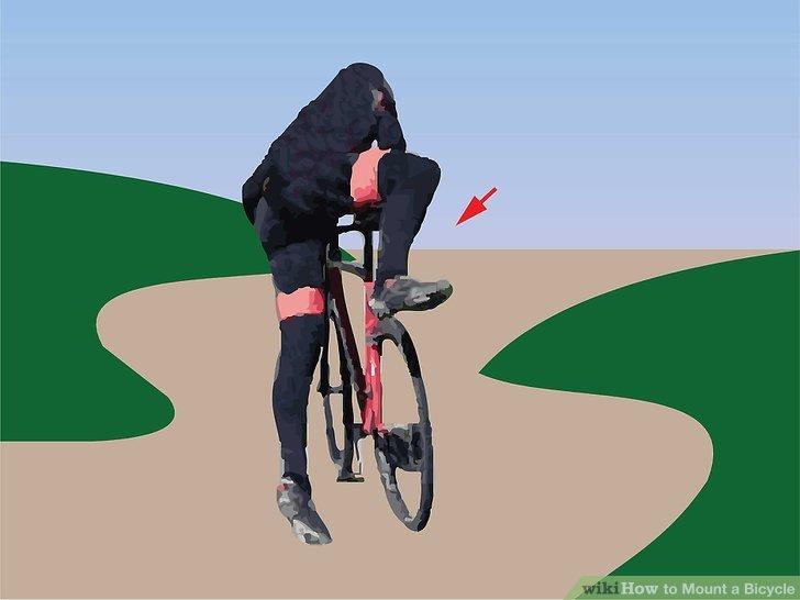 Werfen Sie Ihr Bein über die mittlere Stange und stellen Sie sich mit einem Fuß auf jeder Seite des Fahrrads auf.
