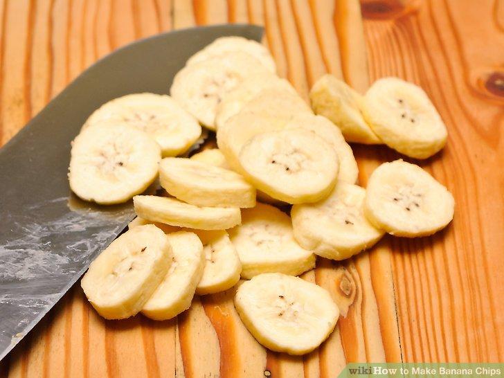 Bananen in dünne Scheiben schneiden.